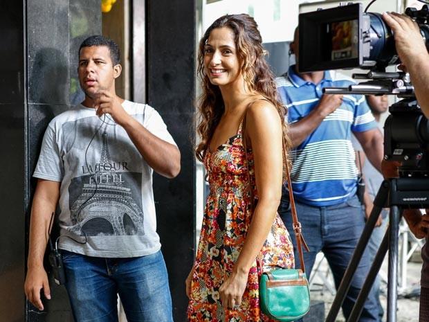 A simpatia de Camila Pitanga durante o intervalo das gravações (Foto: Ellen Soares / Gshow)