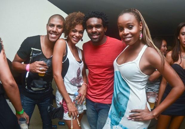 Roberta Rodrigues curte show com amigos (Foto: Mariana Oliver/Divulgação)