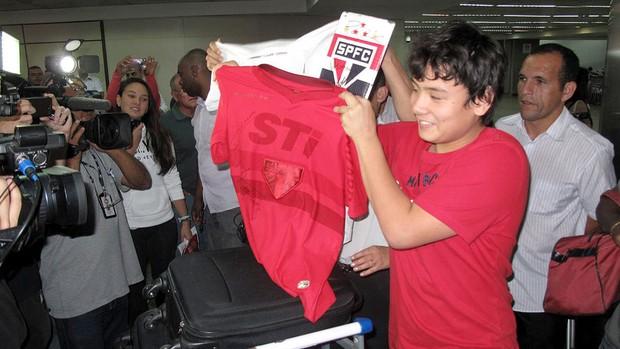 Torcedor exibe camisa autografada desembarque São Paulo (Foto: Rodrigo Faber)