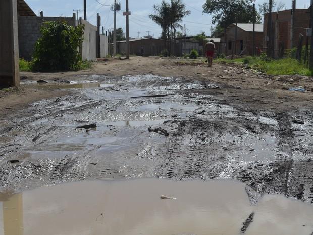 Nenhuma rua do bairro Jardim América é asfaltada (Foto: Abinoan Santiago/G1)