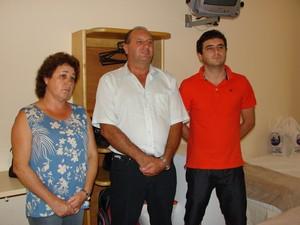 Maria Eneida, Jose Fernando e Ricardo Baroni no quarto onde ficou hospedado o Cardeal Bergoglio (Foto: Renato Ferezim/ G1)