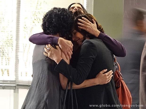 Elas comemoram juntas a recuperação de Érico (Foto: Sangue Bom / TV Globo)