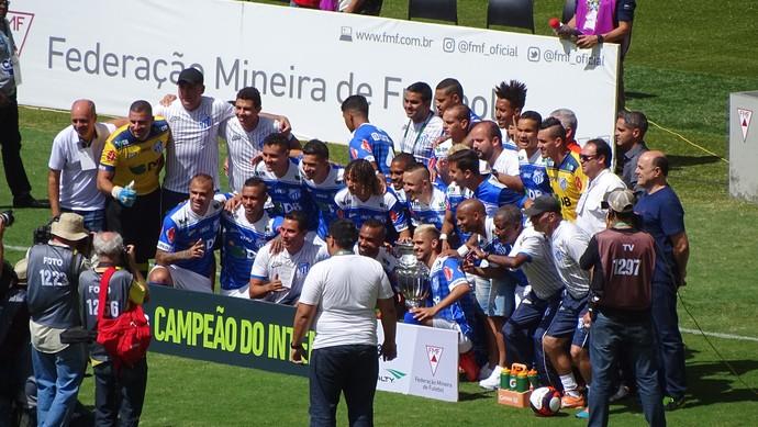 URT recebe a Taça de Campeão Mineiro do Interior, no Mineirão (Foto: Maurício Paulucci)
