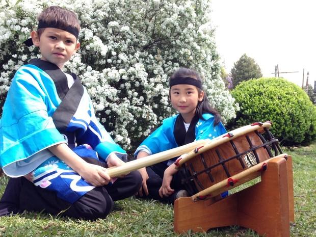 Lincoln, de 8 anos, e Tatiana, de 6, tocam o tambor japones taiko (Foto: Eduardo Cristofoli/RBS TV)