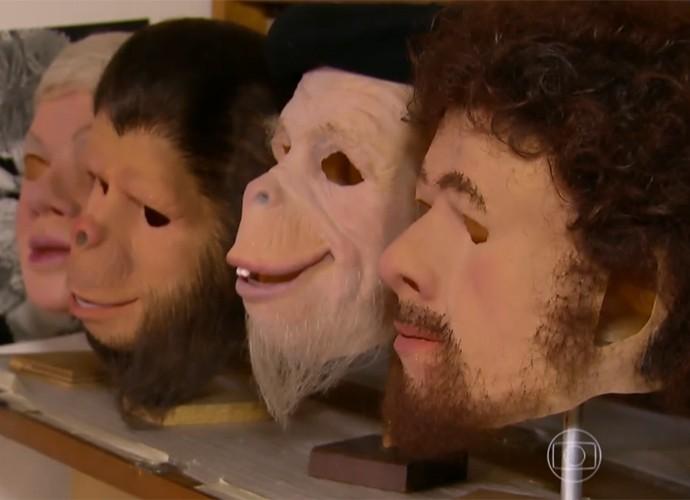 Orival Pessini mostra máscaras de seus personagens (Foto: Vídeo Show / TV Globo)
