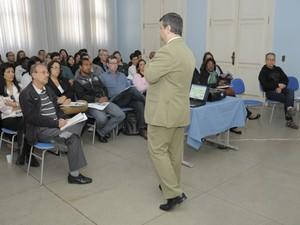 Carlos Henrique Ribeiro explicou a lei para o servidores (Foto: Anderson Boy/Divulgação)