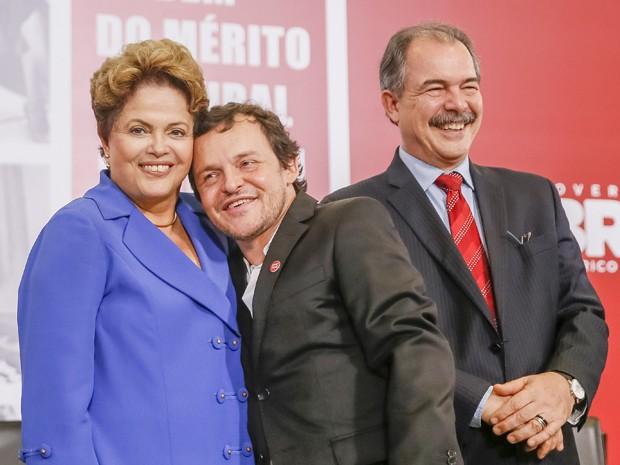 Presidente Dilma Rousseff com o ator Matheus Nachtergaele durante cerimônia de entrega da Ordem do Mérito Cultural 2014, no Palácio do Planalto, nesta quarta (5) (Foto: Divulgação/Blog do Planalto)