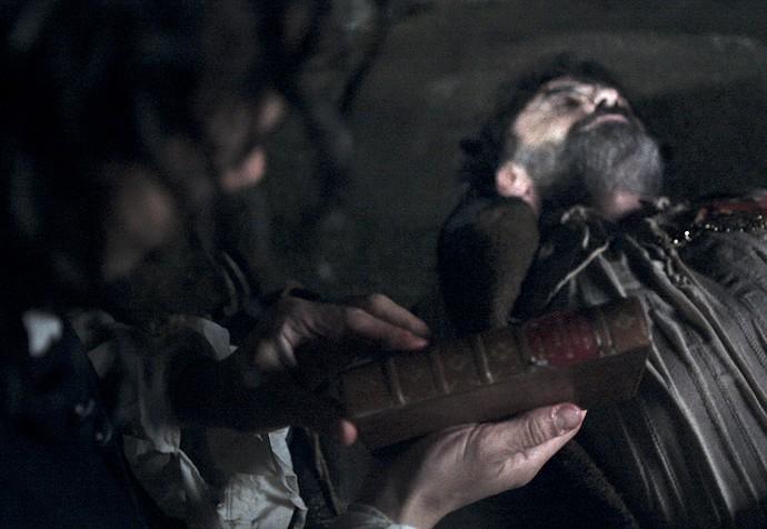 Depois de verificar o corpo do bandido, Xavier encontra o exemplar (Foto: TV Globo)
