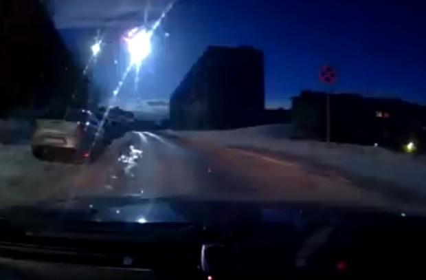 Explosão causada por meteorito foi registrada por câmeras colocadas em carros na cidade de Murmansk, na Rússia (Foto: Reprodução/YouTube/9plus0)