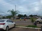 Motorista derruba poste e fios ficam atravessados em rodovia de Palmas