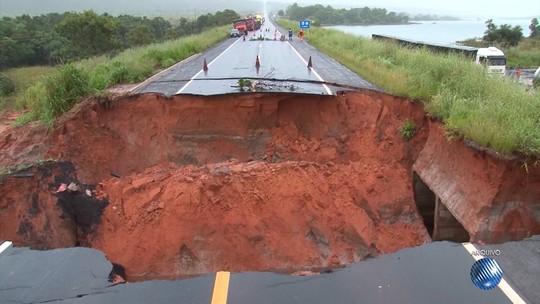 Motoristas reclamam de cratera aberta há mais de um mês na BR-020, oeste da Bahia