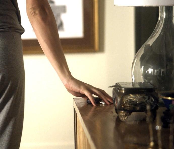 Analu pega a chave do carro de Mág para examinar conteúdo das bolsas (Foto: TV Globo)