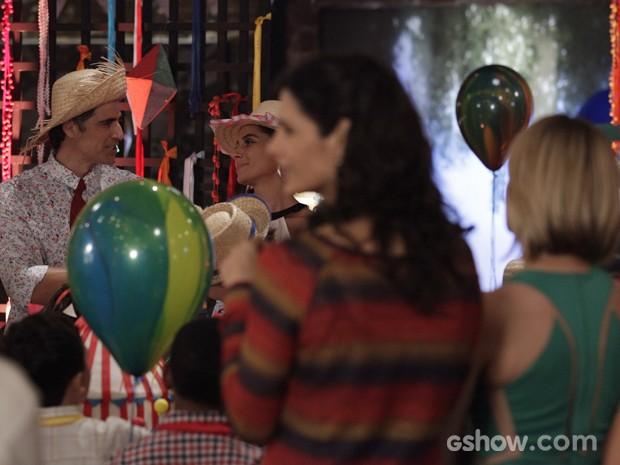 Clara saca interesse das duas e põe pressão no ex (Foto: Raphael Dias/TV Globo)