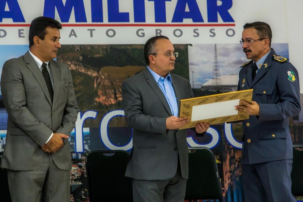 Ex-secretário de Segurança, Mauro Zaque, governador Pedro Taques, e o ex-comandante da PM, Zaqueu Barbosa (Foto: Chico Valdiner/Gcom-MT)