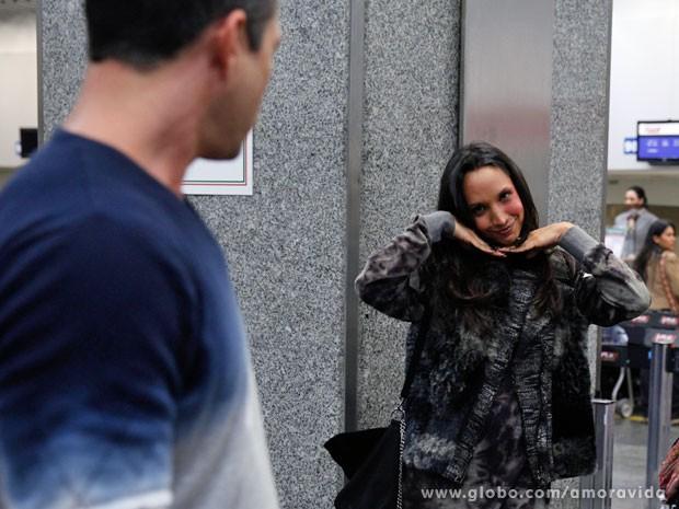 Maria Maya faz brincadeira na hora da foto (Foto: Amor à Vida/TV Globo)
