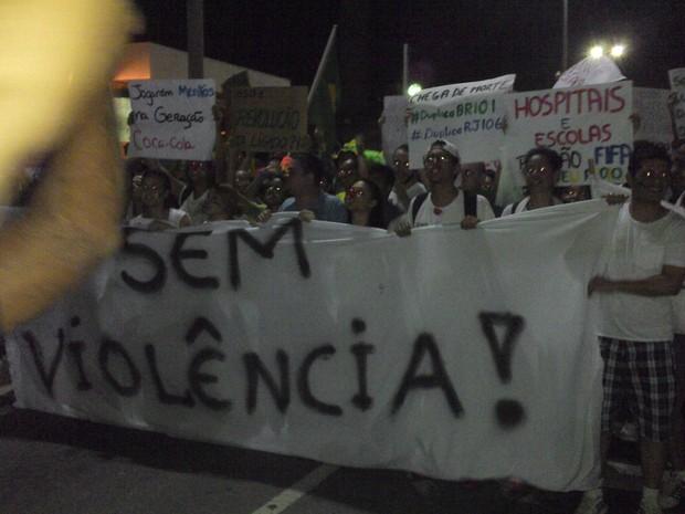 Manifestantes se reúnem em Rio das Ostras para manifestação (Foto: Camilla Machuy)