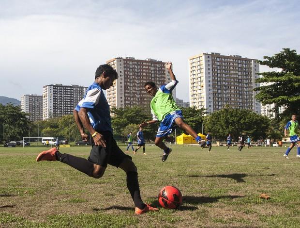 A grama é onde nasceu o futebol, seu piso original (Foto: Nike Futebol (Divulgação))