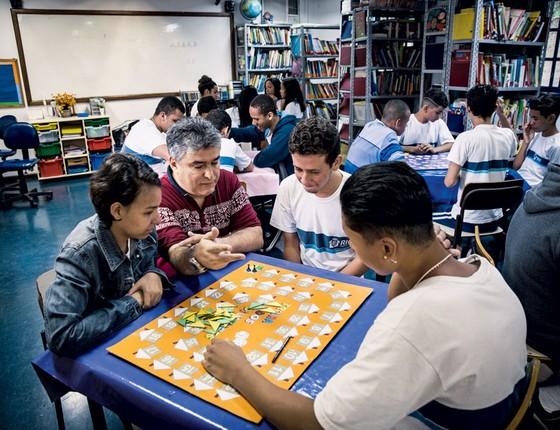O professor Luiz Felipe Lins  com uma turma de nono ano.Ele cria estratégias para mostrar a matemática do dia a dia (Foto:  Stefano Martini/ÉPOCA)
