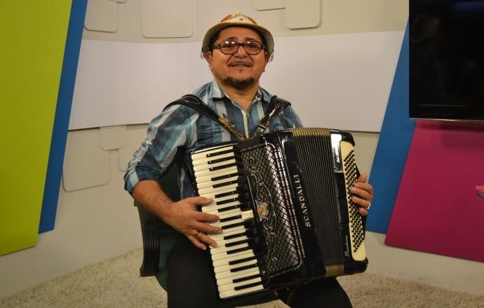 Juarez de Carnaíba conta a sua história com a sanfona  (Foto: Reprodução / TV Diário)
