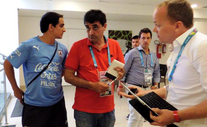 uruguai assessor jornalista inglês suárez polêmica (Foto: Lucas Rizzatti/GloboEsporte.com)
