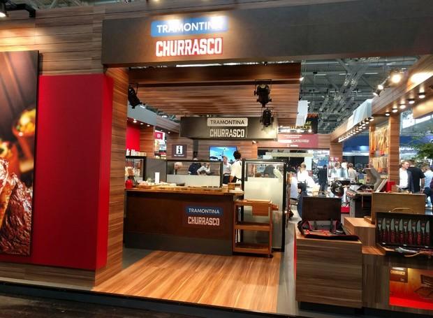 A marca Tramontina está presente no pavilhão destinado ao churrasco, representando o Brasil (Foto: Stéphanie Durante)
