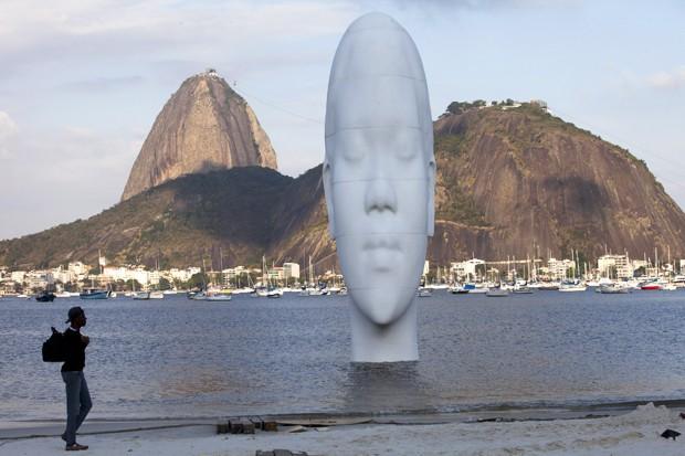 Artista espanhol instala escultura de 12 metros em praia do Rio (Foto: AP Photo/Silvia Izquierdo)