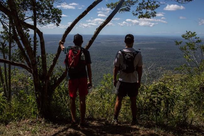 Rafael e Jaime observam a paisagem do alto do Monte Pascoal