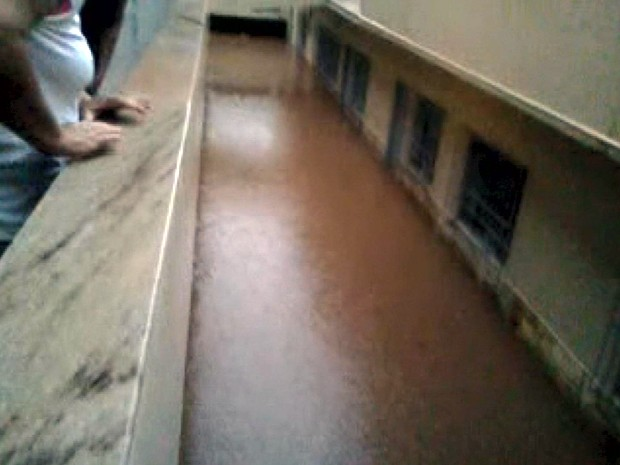 Morador filma água invadindo prédio após chuva em São Lourenço (Foto: Reprodução EPTV)