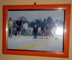 Foto de Isaquias Queiroz na parede de casa (Foto: Raphael Carneiro)