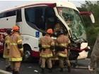 Batida entre ônibus e caminhão deixa ferido na Dutra, em Barra Mansa, RJ