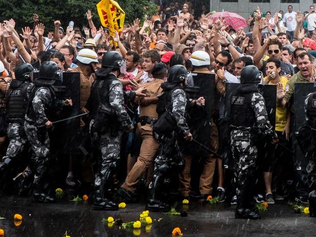 PR protesto Assembleia Legislativa contra pacotaço 02 (Foto: Brunno Covello/Agência de Notícias Gazeta do Povo/Estadão Conteúdo)