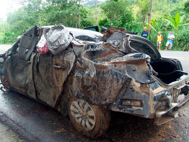 Acidente matou cinco pessoas, entre elas um bebê, e deixou o condutor ferido (Foto: Camila Oliveira/TV Santa Cruz)