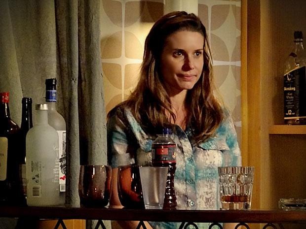 Roni descobre Dolores escondida atrás da cortina e ela fica sem graça (Foto: Avenida Brasil/TV Globo)