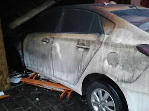 Carro pegou fogo na manhã desta segunda-feira (Foto: Rodrigo Nardelli/G1)