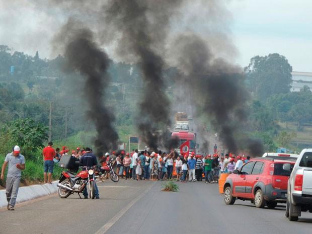 Caminhada fechou a BR-020, em Luís Edurado Magalhães (Foto:  Blog Sigivilares)