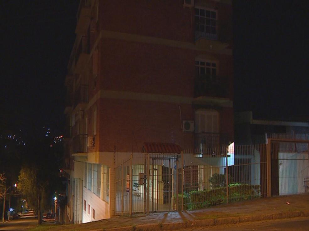 Menino caiu de quarto andar de prédio na Zona Sul de Porto Alegre (Foto: Reprodução/RBS TV)