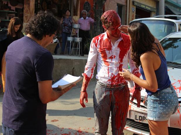 Diretor geral, Carlos Araújo dirige Maurício e Bruna numa das primeiras cenas da novela (Foto: Rodrigo Dau/Gshow)
