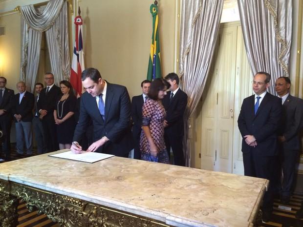 Governador Paulo Câmara lançou projeto para investir na educação básica (Foto: Thays Estarque/G1)