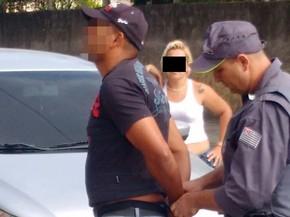Homem foi detido após gravar vídeo cortando a cabeça de passarinho em Arujá (Foto: Polícia Militar Ambiental/Divulgação)