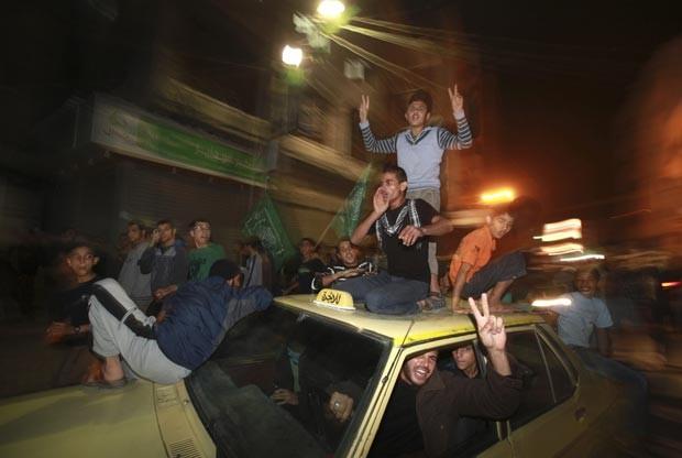"""Palestinos celebram nas ruas da Cidade de Gaza, na noite desta quarta-feira (21), o que eles chamaram de """"vitória' sobre Israel após oito dias de bombardeios (Foto: Reuters)"""