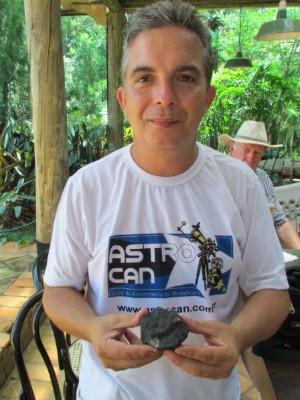 Renato posa com o meteorito que caiu em Porangaba (Foto: Arquivo Pessoal/ Renato Poltronieri)