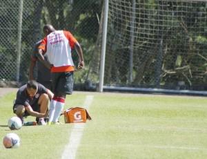 Kleber recebe atendimento e deixa treino (Foto: Diego Guichard)