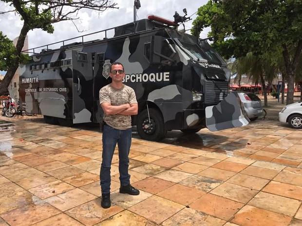 Secretário realizou o anúncia após uma operação policial no Bairro Canindezinho  (Foto: Reprodução/Facebook André Costa)