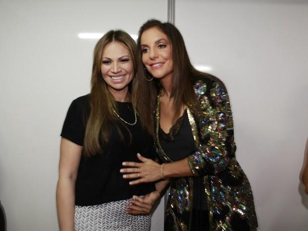 Solange Almeida e Ivete Sangalo nos bastidores de show em Salvador, na Bahia (Foto: Isac Luz/ EGO)