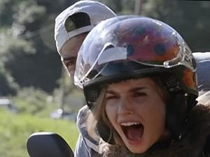 Analú perde o controle da moto quando Nando tenta impedi-la de voltar à ilha (Foto: Guerra dos Sexos/ TV Globo)