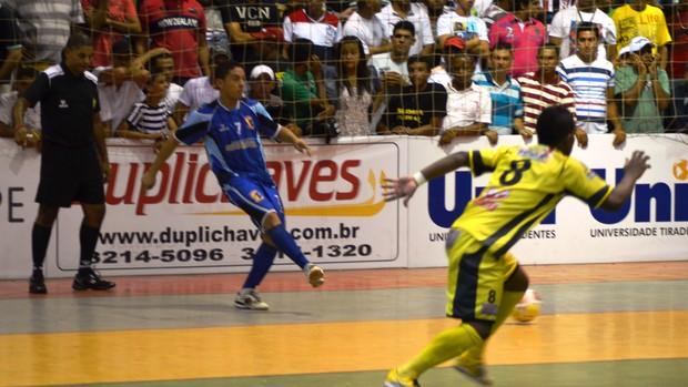 Itaporanga deu trabalho a Glória durante todo o jogo (Foto: Thiago Barbosa/GLOBOESPORTE.COM)