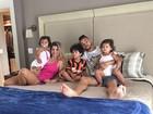 Dentinho posa na cama com Dani Souza e os filhos