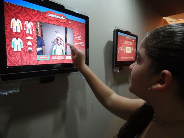 Alessandra, 13 anos, brinca com aplicativo que 'transforma' visitante em Mestre Lua (Foto: Luna Markman/G1)