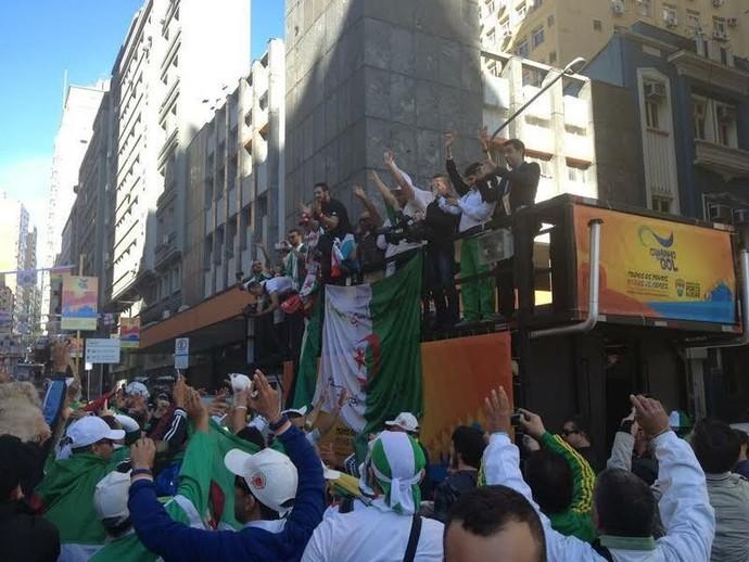 Argelinos dançam em trio elétrico em Porto Alegre (Foto: Rafaella Fraga/GloboEsporte.com)