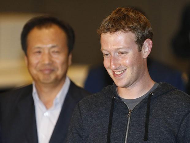 Shin Jong-kyun, chefe da divisão de celulares da Samsung Electronics, e Mark Zuckerberg, CEO do Facebook, se reuniram junto com Jay Y. Lee, vice-presidente do conselho administrativo da Samsung, no escritório da companhia em Seul, nesta terça-feira (18) (Foto: Lee Jae-Won/Reuters)